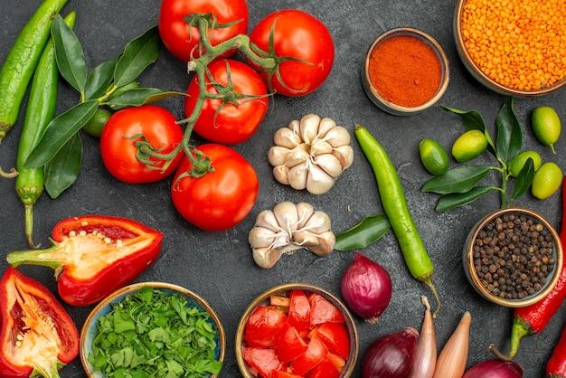 Vista superior em close-up vegetais vegetais coloridos especiarias e lentilhas