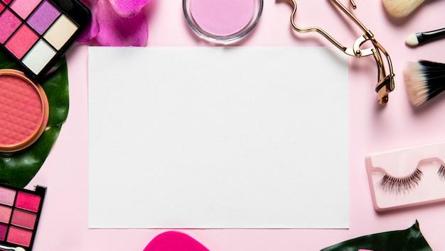 Vista superior em cosméticos em fundo rosa