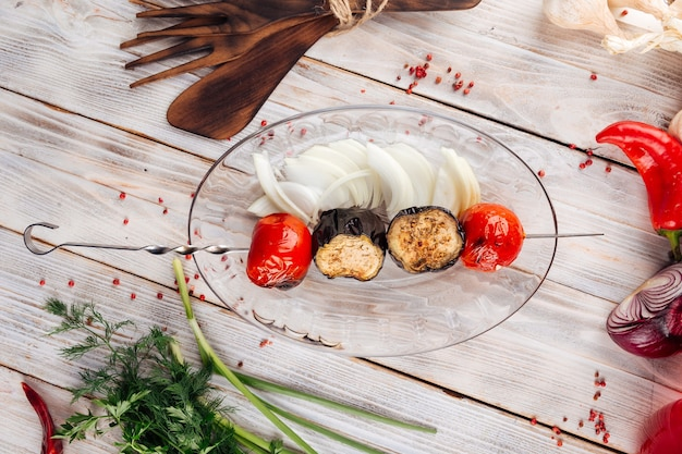 Vista superior em espetos de vegetais grelhados caucasianos com berinjela e tomate