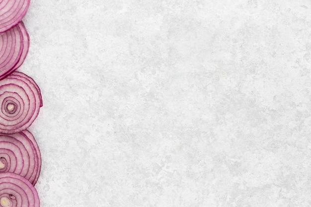 Vista superior em fatias de cebola com espaço para texto