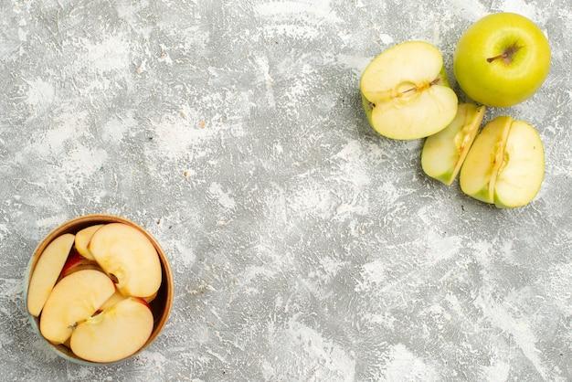 Vista superior em fatias de maçãs frescas frutas frescas em fundo branco claro frutas maduras maduras