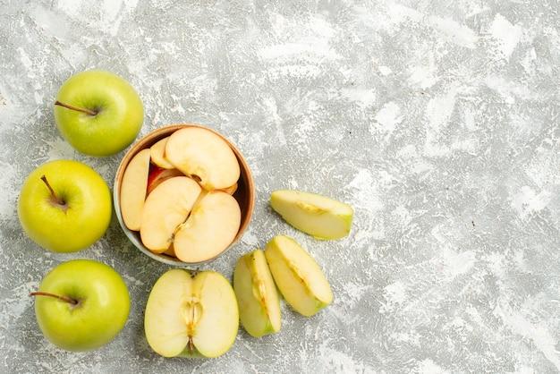 Vista superior em fatias de maçãs frescas frutas frescas no fundo branco frutas maduras maduras