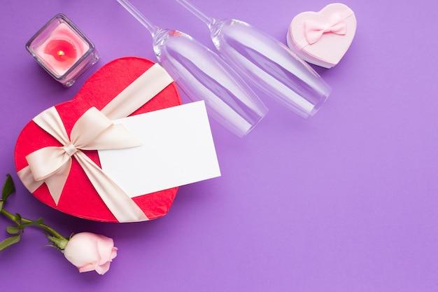 Vista superior em forma de coração caixas e cartão
