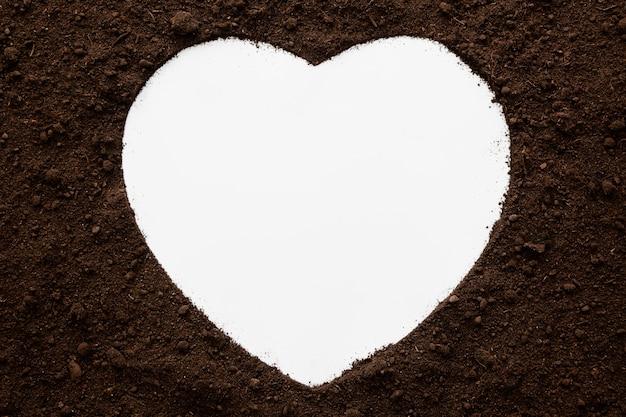 Vista superior em formato de coração de solo natural