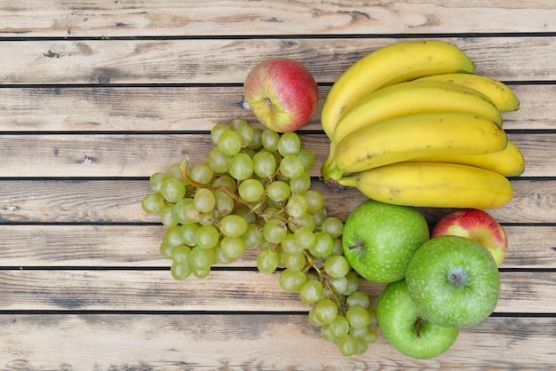 Vista superior em frutas bananas, uvas e maçãs