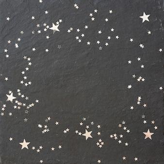 Vista superior em fundo preto com estrelas prateadas