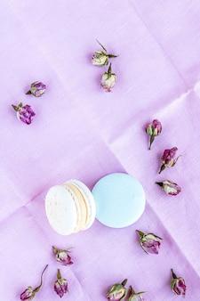 Vista superior em macarons e rosas secas na cor pastel