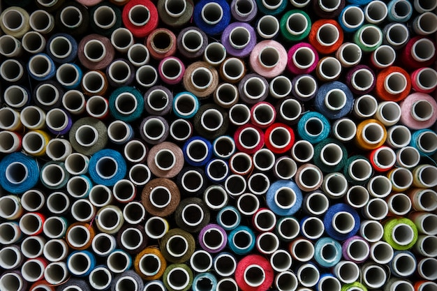 Vista superior em muitos novelos de linha de costura colorida.