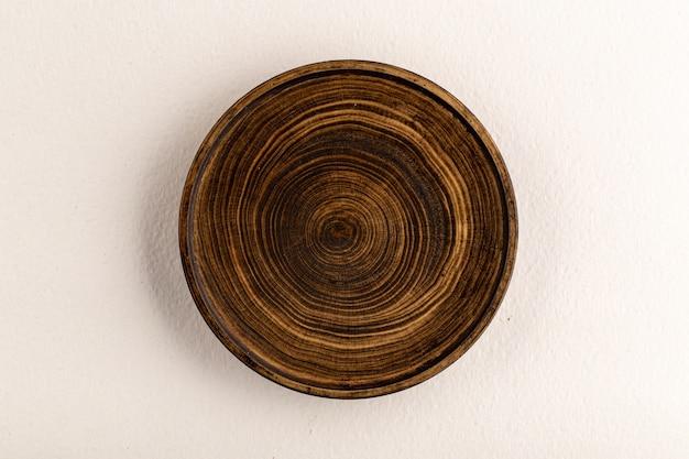Vista superior em placa de madeira marrom isolada