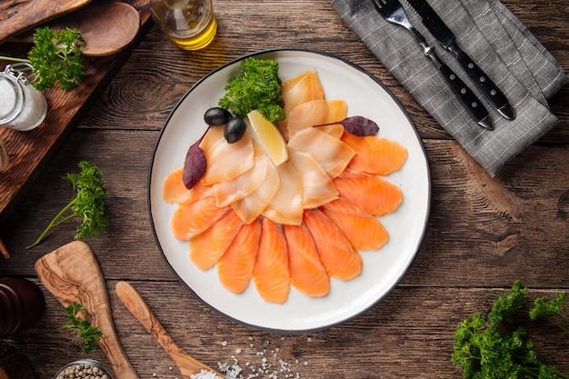 Vista superior em prato de peixe defumado aperitivo