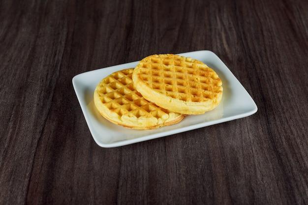 Vista superior, em, prato, de, waffles bélgica, ligado, um, escuro, madeira, rústico