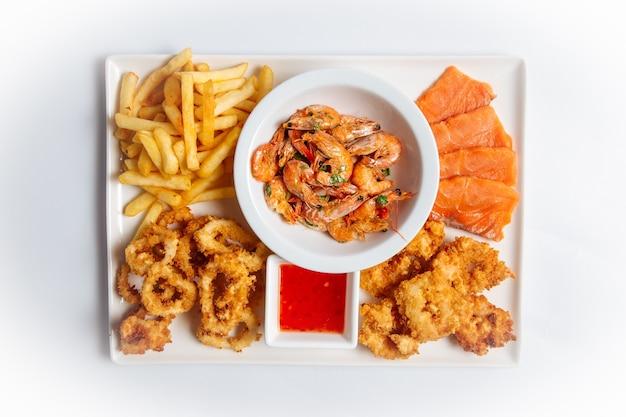 Vista superior em prato isolado de aperitivo de cerveja e frutos do mar no fundo branco