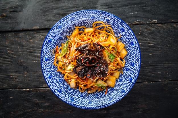 Vista superior em wok de macarrão jakisoba vegetariano japonês com muer