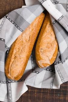 Vista superior embrulhada baguetes de pão francês