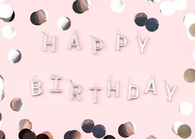 Vista superior enfeites de aniversário com velas