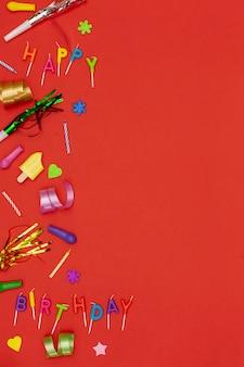 Vista superior enfeites de aniversário em fundo vermelho