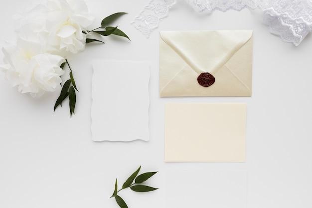 Vista superior enfeites de casamento e cartão de convite