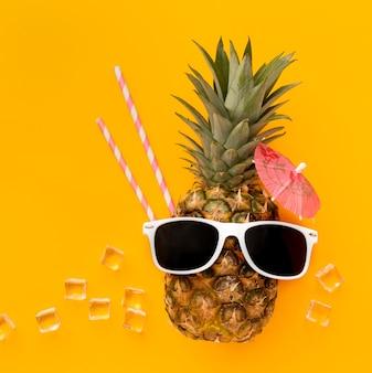 Vista superior engraçado abacaxi com óculos de sol