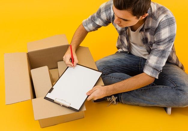 Vista superior entrega lista de verificação masculina de pacotes