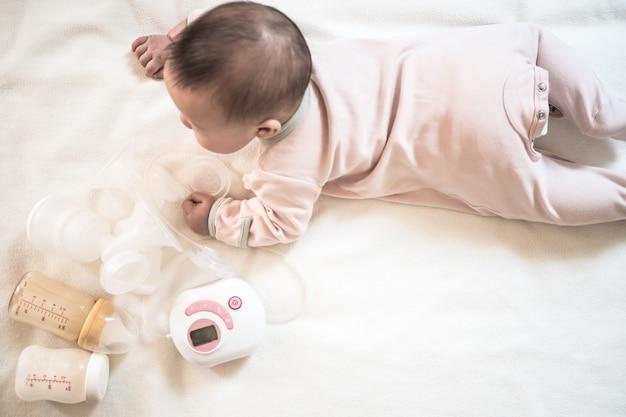 Vista superior equipamento de bomba de mama e mamadeira de leite materno