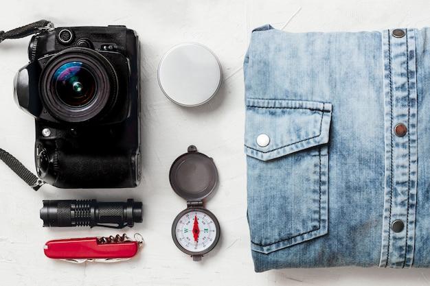 Vista superior equipamento e vestuário para viajantes