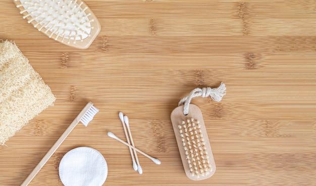 Vista superior escovas arranjo em fundo de madeira