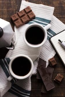 Vista superior escritório xícaras de café e chocolate