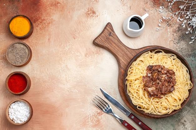 Vista superior espaguete cozido com carne moída em massa de carne de macarrão prato de mesa leve