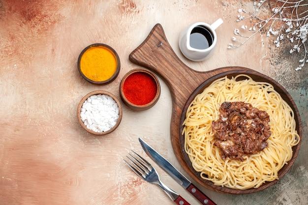 Vista superior espaguete cozido com carne moída na carne de massa de macarrão prato de mesa leve