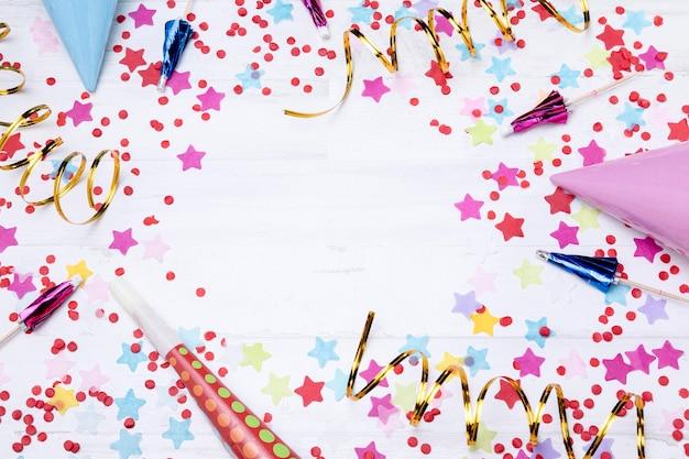 Vista superior estrelas coloridas na mesa