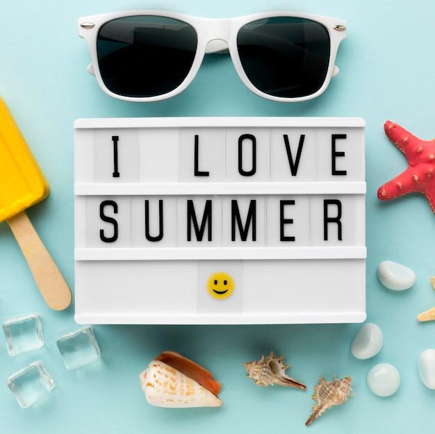 Vista superior eu amo o verão com óculos de sol