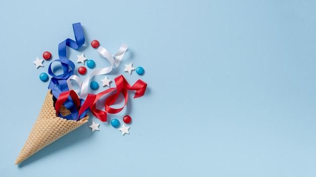Vista superior eua bandeira e confetes com cópia-espaço