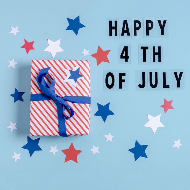 Vista superior eua bandeira embrulhado presente com feliz 4 de julho letras