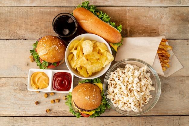 Vista superior fast food na mesa de madeira