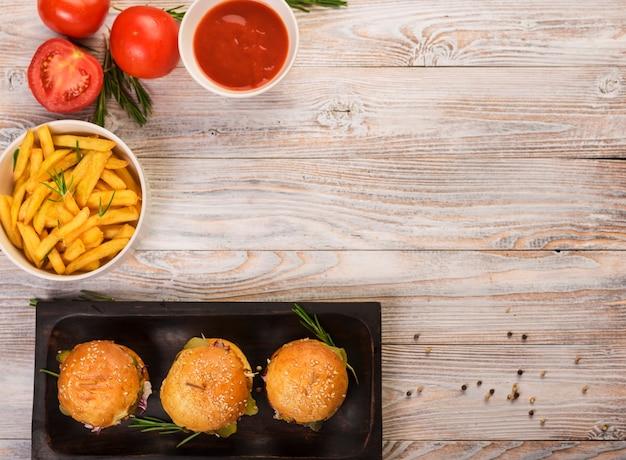 Vista superior fast-food saborosos petiscos sobre uma mesa