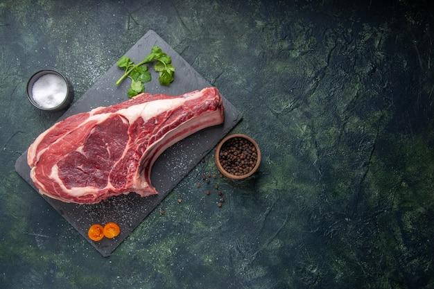 Vista superior fatia de carne fresca carne crua com pimenta e verduras em fundo escuro farinha de frango foto de animais churrasco açougueiro