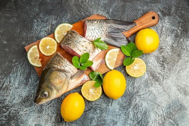 Vista superior fatiada de peixe fresco com limão na superfície clara