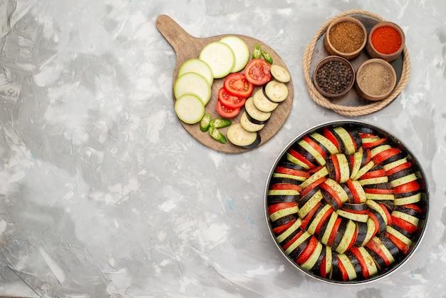 Vista superior fatiada de vegetais com temperos na mesa de luz prato de refeição de vegetais frescos