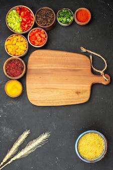 Vista superior fatiada pimenta com diferentes temperos em fundo cinza salada saúde vegetal picante refeição Foto gratuita