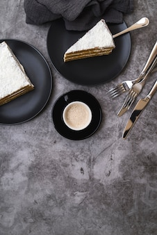 Vista superior fatias de bolo com café na mesa
