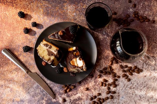 Vista superior fatias de bolo no prato