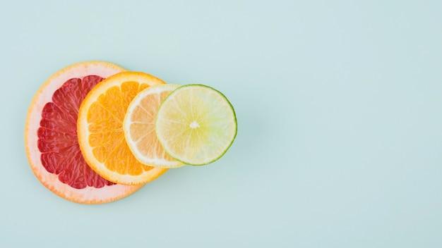 Vista superior fatias de frutas orgânicas em cima da mesa