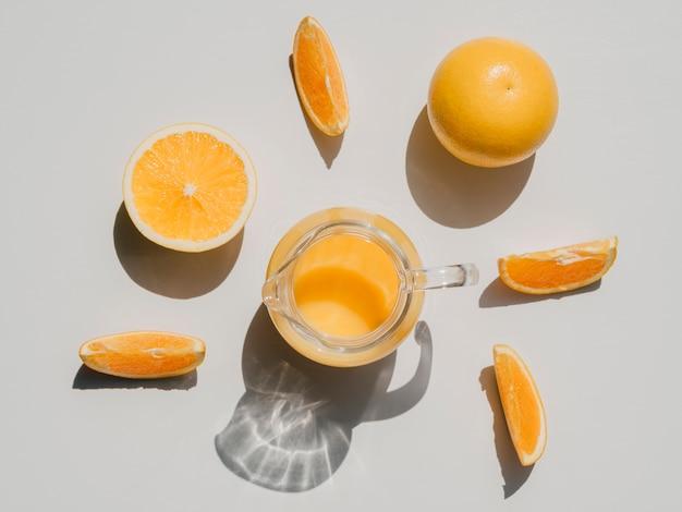 Vista superior fatias de laranja e suco de laranja