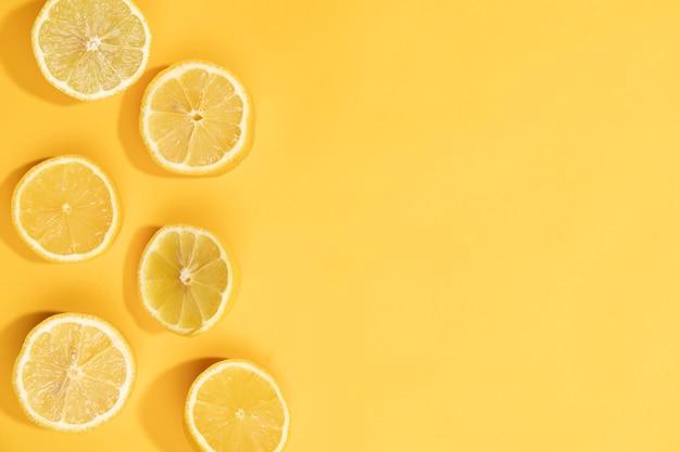 Vista superior fatias de limão fresco na mesa