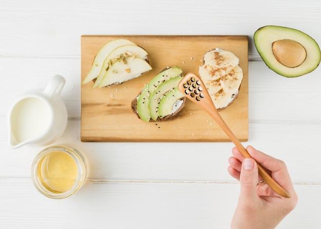 Vista superior fatias de pão com iogurte e abacate