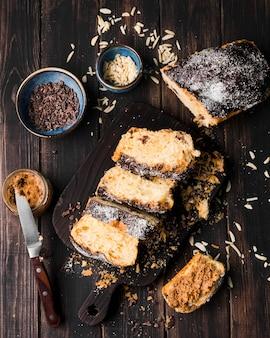 Vista superior fatias de pão de banana em cima da mesa