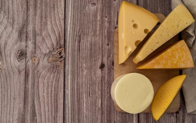 Vista superior fatias de queijo saboroso com espaço de cópia