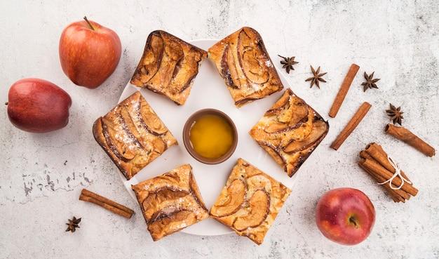 Vista superior fatias frescas de bolo e maçãs