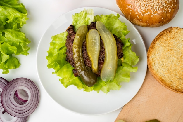 Vista superior, fazendo um hambúrguer com picles