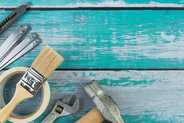 Vista superior ferramentas na mesa de madeira